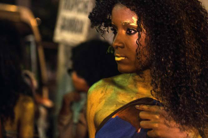 Model protesting the lack of diversity in the Brazilian fashion industry. / Image via AFP